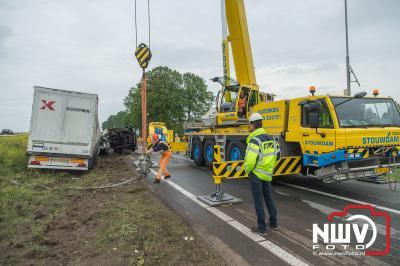 Vrachtwagen schiet van talud na aanrijding op A28 bij Wezep. - © NWVFoto.nl