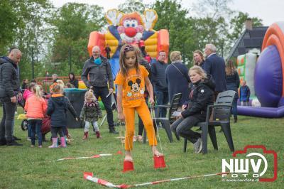 Kinderspelen op grasveld aan de Singel tijdens koningsdag op 't Harde. - ©NWVFoto.nl