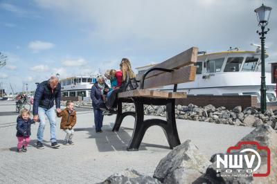 José Oosthoek neemt haar afscheid cadeau, een mega bank in gebruik aan de haven Elburg. - ©NWVFoto.nl