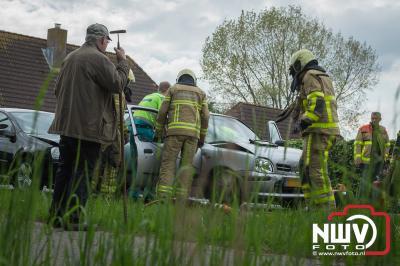 Twee inzittenden uit middelste auto van kopstaart botsing naar het ziekenhuis. - ©NWVFoto.nl