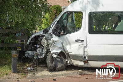 Hulpdiensten bevrijden man uit auto na geramd te zijn door een busje met arbeidsmigranten. - ©NWVFoto.nl