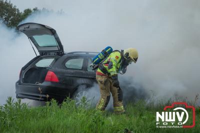 BMW gaat in vlammen op, bestuurder blijft ongedeerd en red zijn spullen nog uit de auto. - ©NWVFoto.nl