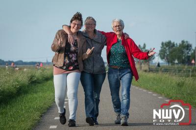 Onder een blauwe hemel was het woensdagavond heerlijk wandel in Elburg. - ©NWVFoto.nl