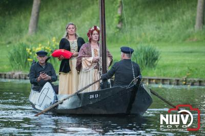 Herdenking van admiraal Van Kinsbergen met een toneelstuk gespeeld langs de gracht van Elburg. - ©NWVFoto.nl