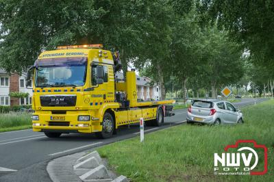 Auto beland na kopstaart aanrijding op de kop in de sloot. - ©NWVFoto.nl