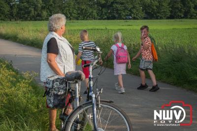 De kilometer vreters liepen vandaag door het weilanden gebied van het Veluwemeer. - ©NWVFoto.nl