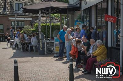 Marktkramen langs haven en in de stad, volle terrassen, kleedjesmarkt voor de kinderen en mooi weer tijdens de ESC Pinkstermarkt. - ©NWVFoto.nl