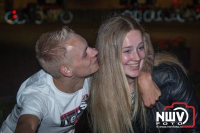 Band Nxt Level op het podium tijdens muziekavond feestweekend 't Harde. - ©NWVFoto.nl