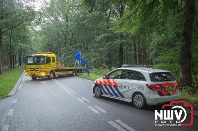 Auto raakt in de slip en komt tot stilstand tegen verkeersbord langs de Soerelseweg Epe. - ©NWVFoto.nl