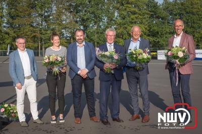 Eduard Vinke kreeg voor de skeelerbaan een kunstwerk namens de leden aangeboden tijdens de opening. - © NWVFoto.nl
