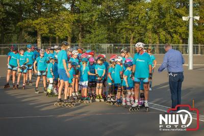 Eduard Vinke kreeg voor de skeelerbaan een kunstwerk namens de leden aangeboden tijdens de opening. - ©NWVFoto.nl