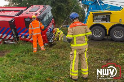 Brandweer waterwagen gevuld met 16000 liter water is zaterdag gekanteld door dat de berm tussen de weg en een greppel inzakte. - ©NWVFoto.nl