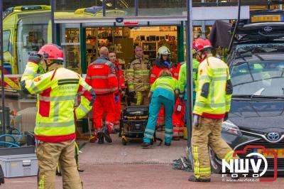 Zwaargewonde bij ongeval in Dorcas winkel Hattem, nadat een auto achteruit de winkel inreed. - ©NWVFoto.nl