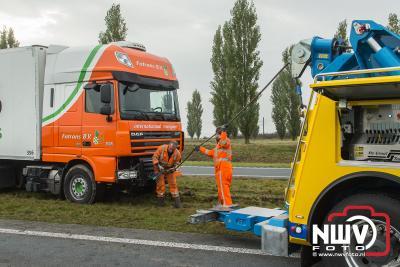 Berging van vrachtwagen op vangrails net voor het Elandweg viaduct over de Overijsselseweg N307 bij Dronten. - ©NWVFoto.nl