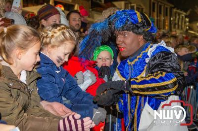 Sinterklaas is met honderden zwartepieten per boot aangekomen in de haven van Elburg. - ©NWVFoto.nl
