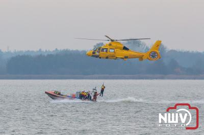 Het Veluwemeer t.h.v. Harderwijk was het oefenterrein van de zoek en reddingshelikopter van de kustwacht en de KNRM Eburg. - ©NWVFoto.nl
