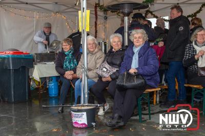 Veel bezoekers op kerstmarkt bij de Molen in Oostendorp.  - ©NWVFoto.nl