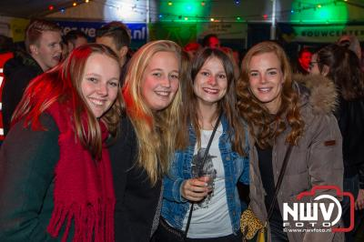 Het gezellige einde jaar feest aan de Stoopschaarweg in Elburg voor jong en oud, wist weer honderden bezoekers te trekken. - ©NWVFoto.nl