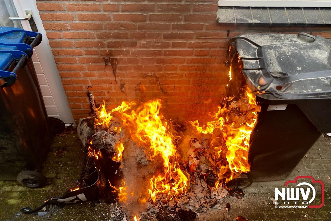 Vuurwerkafval wat in de grijze container was gegooid oorzaak brand. - ©NWVFoto.nl
