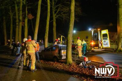 45 km-auto komt tot stilstand tegen boom Ottenweg Oldebroek - ©NWVFoto.nl