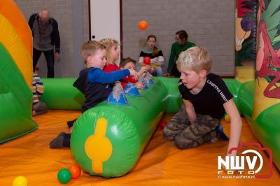 Sporthal omgetoverd tot springkussen speeltuin, kinderen genieten er volop van. - © NWVFoto.nl