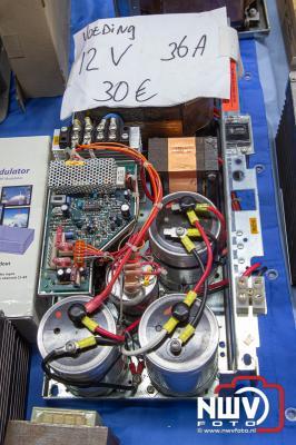 Honderden liefhebbers wisten de weg te vinden naar elektronica vlooienmarkt in MFC Aperloo. - ©NWVFoto.nl