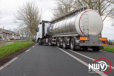 N309 Flevoweg bij Elburg is vrijdag uren afgesloten geweest i.v.m. onderzoek ongeval, waarbij twee gewonden zijn gevallen. - ©NWVFoto.nl