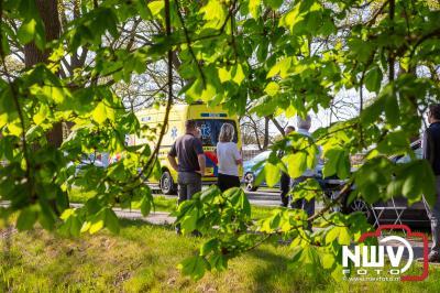 Afslaande auto ziet andere auto op de Zuiderzeestraatweg over het hoofd en beland in sloot. - ©NWVFoto.nl