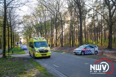 Automobilist ziet wielrenners over het hoofd bij het wegrijden vanuit de oprit. - ©NWVFoto.nl