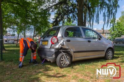 Eigenaar neemt met pijn in het hart afscheid van zijn auto, nadat deze anderhalve dag eerder op de parkeerplaats langs de Wolkamerweg was aangereden. - © NWVFoto.nl