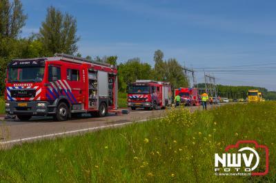 Vrachtwagen chauffeur ziet zijn vrachtwagen combinatie volledig uitbranden, hulpdiensten rukken massaal uit. - ©NWVFoto.nl