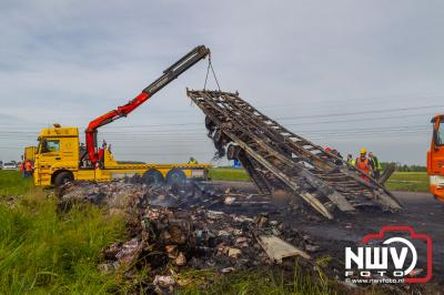 Vrachtwagen chauffeur ziet zijn vrachtwagen combinatie volledig uitbranden, hulpdiensten rukken massaal uit. - © NWVFoto.nl