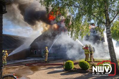 Grote brand legt boerderij volledig in as aan de Bovenheigraaf 't Loo bi Oldebroek. - © NWVFoto.nl