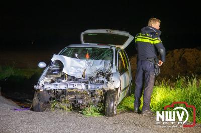 Bij een ongeval op de Leidijk in Kamperveen is een auto in de sloot beland, deze er door bergingsbedrijf Stouwdam uitgehaald. - ©NWVFoto.nl