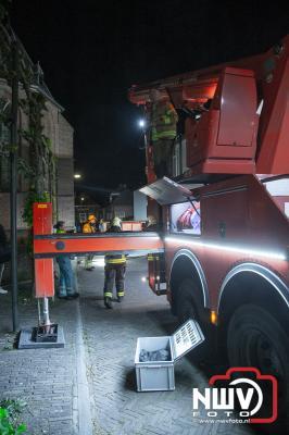 Afgaand alarm trekt aandacht van passerende brandweer Oldebroek. - ©NWVFoto.nl