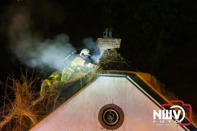 Jongens waarschuwen bewoners voor mogelijke brand. - ©NWVFoto.nl