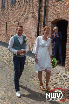 TMI-Bosch uit 't Harde verrast collega Robert en Miranda bij het verlaten trouwzaal in Elburg. - ©NWVFoto.nl