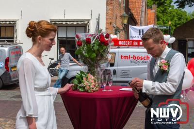 TMI-Bosch uit 't Harde verrast collega Robert en Miranda bij het verlaten trouwzaal in Elburg. - © NWVFoto.nl