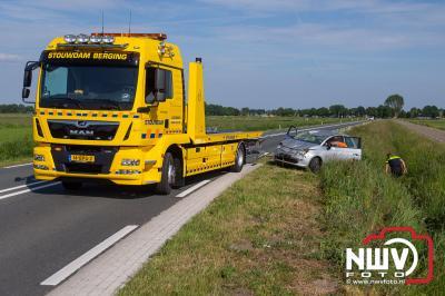 Bestuurster stapt zonder letsel uit auto, na over de kop te zijn geslagen met haar fiat 500. - © NWVFoto.nl
