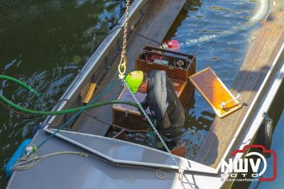 Sloep schept water en zinkt in sluis door dat touw aan haakse geleider bleef haken. - ©NWVFoto.nl