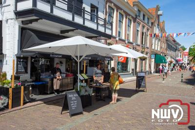 Diverse winkels open in Elburg ondanks dat de gemeente aangegeven heeft dat het niet was toegestaan op zondag. - ©NWVFoto.nl