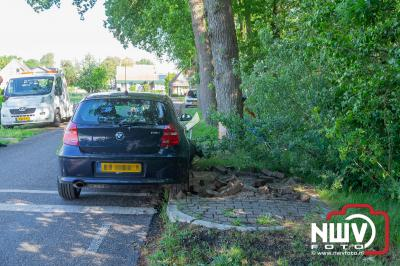 Auto rijdt diverse verkeersborden uit de grond en komt tot stilstand tegen boom. - ©NWVFoto.nl