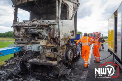 Bestuurder vrachtwagen kon trekkers die hij vervoerde op de dieplader nog redden. - ©NWVFoto.nl