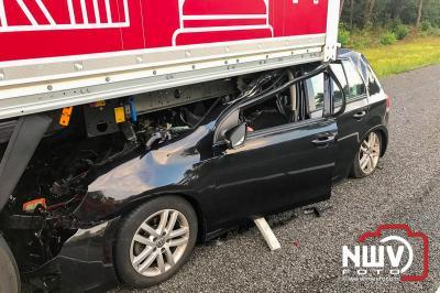Auto rijdt achter in vrachtwagen A28 Li 55.6 , bestuurder met onbekend letsel naar het ziekenhuis. - ©NWVFoto.nl