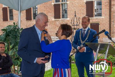 De burgemeester van Elburg laat familieleden de lintjes opspelden tijdens een gezellig samen zijn in de kloostertuin Elburg. - ©NWVFoto.nl
