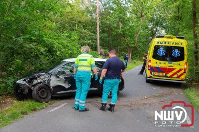 Bestuurster komt er zonder kleerscheuren vanaf, na aanrijding met boom. - ©NWVFoto.nl