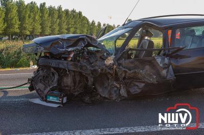 Middel HV bij ravage op N50 Kampen na ongeval camper en drie auto's waarbij zestien personen betrokken waren en zeven gewond raakte. - ©NWVFoto.nl
