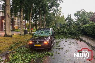 Boom valt om op Munnikenweg na hoosbui boven het 't Harde en raakt passerende bedrijfsauto. - ©NWVFoto.nl
