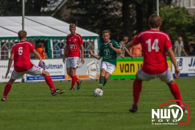 In de oefenwedstrijd van de vierdeklasser sv 't Harde was derdeklasser Bas uit Biddinghuizen net een maatje te groot.  - © NWVFoto.nl