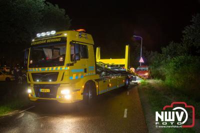 Auto komt op zijkant tot stilstand in sloot naast de Stadsweg op 't Harde, hulpdiensten rukken massaal hier voor uit. - ©NWVFoto.nl